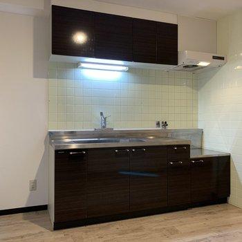 大人な見た目のキッチン。すぐ横に冷蔵庫置き場を発見
