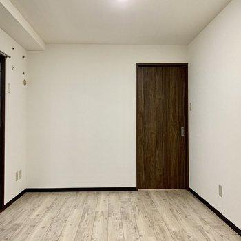 ダブルベットだけでなく、棚や他の家具があると生活感が出そう♪