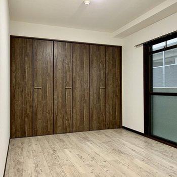 クローゼットや扉の落ち着いた色で、まとまりのある空間