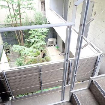 共用部】階段からは1階の庭が見えます。