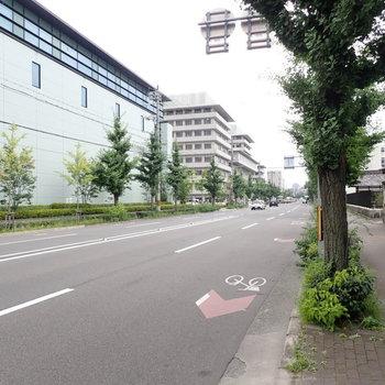 周辺環境】大通りが目の前にあります。