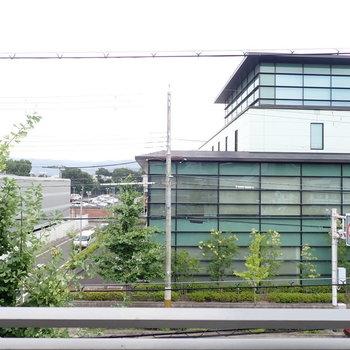 ガラス張りのおしゃれな建物。左を見れば、