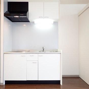 キッチンのとなりに冷蔵庫を置けます。