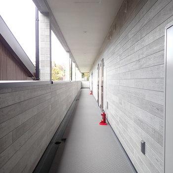 共用部】グレーのシックな廊下。