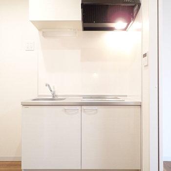 白のシステムキッチン!※写真は1階別部屋、反転間取りのものです。