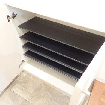 下段にはよく使う靴を。※写真は1階別部屋、反転間取りのものです。