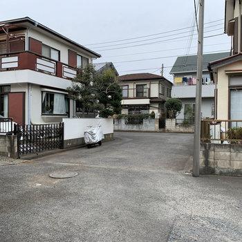 行き止まりの場所にあるアパート。目の前の道路です。