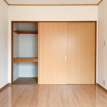 【洋室6帖②】扉、左2枚分押し入れになっています。