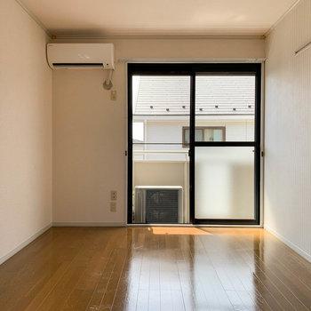 【洋室6帖①】間取り図右側の、出窓のある洋室から。