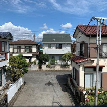 キッチン横の窓からは向かいの住宅街が見えます。