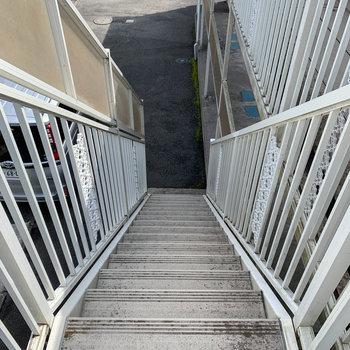 階段で1階へ。