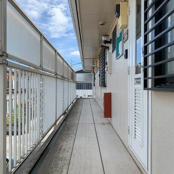 玄関前、共用部。突き当たりの角部屋です。