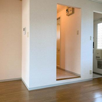 【DK】キッチンの後ろに脱衣所と玄関があります。