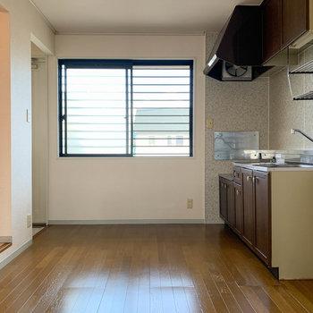 【DK】キッチンの左の窓は共用部に面しています。