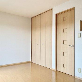 【東側洋室】ドアの横の小さな窓は階段に面した室内窓です。