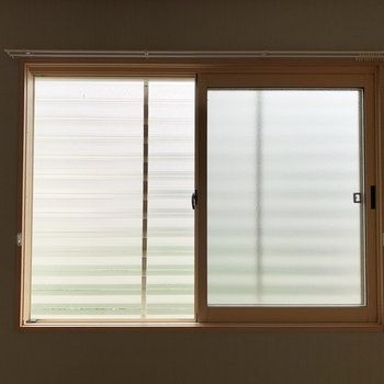 【西側洋室】眺望はフェンスで見えないようになっています。