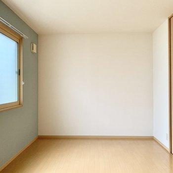 【西側洋室】壁付けに家具やデスクも置けますね。