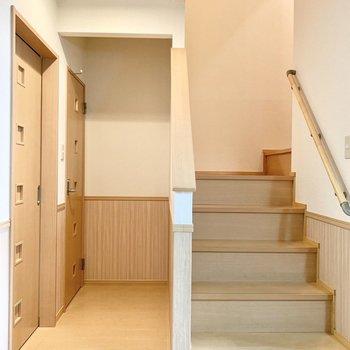 キッチン横の階段を上って2階へと。