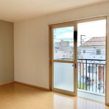 【東側洋室】全ての窓はシャッター付で、窓枠はベージュ色できれいでした。
