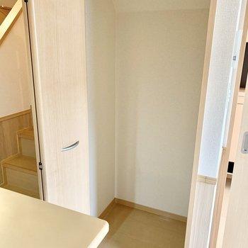 キッチン横の収納には掃除機など高さのある物が入れられますよ。
