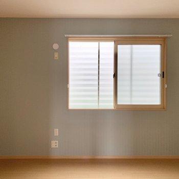 【西側洋室】水色のアクセントクロスが素敵なお部屋。