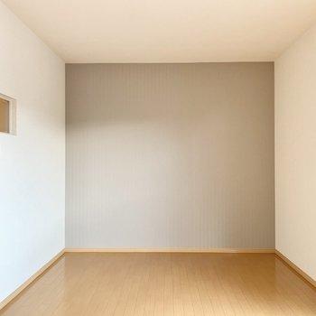 【東側洋室】やわらかグレーのクロスが素敵です。