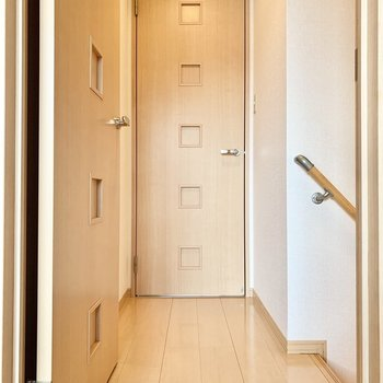 小さな廊下を挟んで左右にお部屋があります。