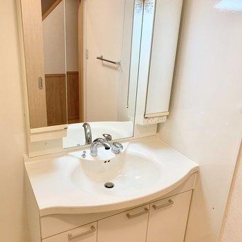 三面鏡にもなる大きな独立洗面台が優雅な雰囲気。