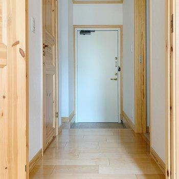木の扉をあけて、廊下へ。