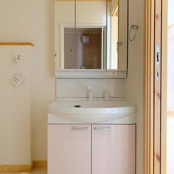 洗面台もほんのりピンク。