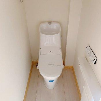 トイレはウォッシュレットつき。可愛いカバーを買わなくっちゃ!