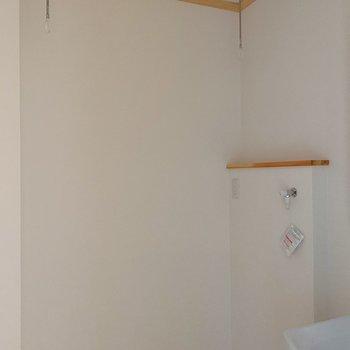 洗濯機置きの上に物干しを吊るして、部屋干しできます◎
