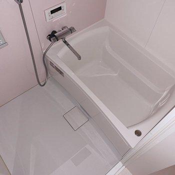 ふわぁ、お風呂もピンクですよ〜!追い焚き機能もしっかり◎