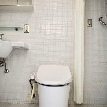 トイレはウォシュレット付ですよ。※写真は6階の同間取り別室のものです。