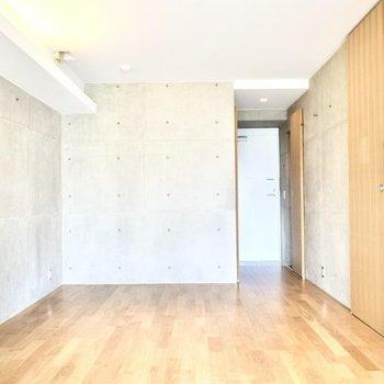 コンクリート打ちっ放しと木調の暖かいお部屋。 ※写真は6階の同間取り別室のものです。