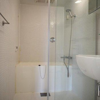 お風呂は広め。ガラスの扉なので開放感がありますよ。※写真は6階の同間取り別室のものです。