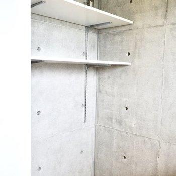 キッチンスペースには収納棚も◎冷蔵庫はこちらに!※写真は6階の同間取り別部屋のものです。