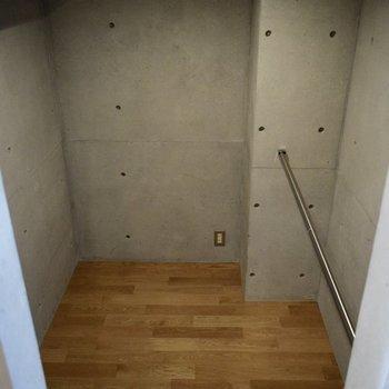 2つ目!大きなウォークインクローゼットですよ。※写真は6階の同間取り別部屋のものです。