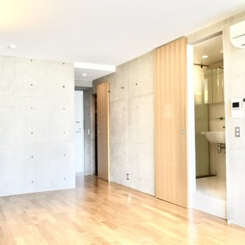 玄関から居室が見えてしまうので、目隠しがオススメです。※写真は6階の同間取り別部屋のものです。