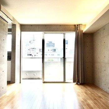南向きなので電気をつけなくても明るいです。廊下はありません。※写真は6階の同間取り別部屋のものです。