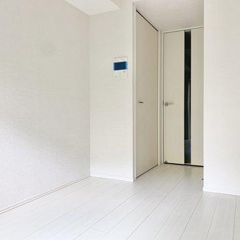 クローゼットはドア横にあります。※写真は1階の反転間取り別部屋のものです
