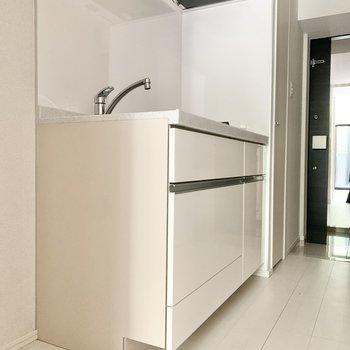 冷蔵庫はキッチン横にすっぽりと。※写真は1階の反転間取り別部屋のものです