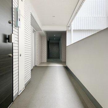 左の扉からお部屋へ。