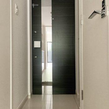 玄関には姿見が付いています。※写真は1階の反転間取り別部屋のものです