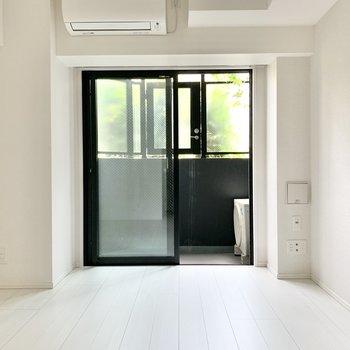 ホワイトで清潔感のあるお部屋です。※写真は1階の反転間取り別部屋のものです