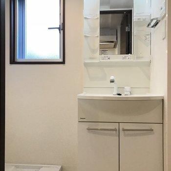 明るい洗面台、室内洗濯機置場※写真は1階の同間取り別部屋のものです