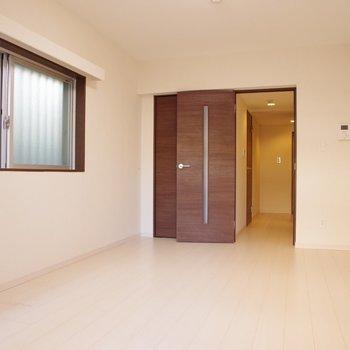 ドアも誠実なデザイン※写真は1階の同間取り別部屋のものです