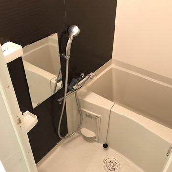 バスルームはモノクロカラー※写真は1階の同間取り別部屋のものです