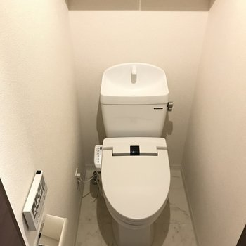 ウォシュレット付きトイレ※写真は1階の同間取り別部屋のものです