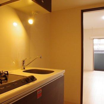 キッチンから洋室を眺める※写真は1階の同間取り別部屋のものです